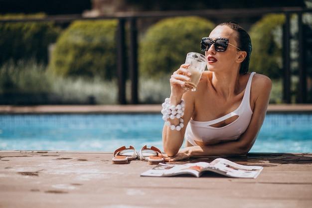 Kobieta W Strój Kąpielowy W Basenie Darmowe Zdjęcia