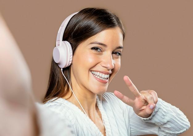 Kobieta W Studio, Słuchanie Muzyki Darmowe Zdjęcia