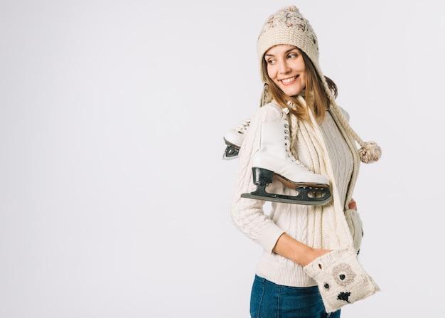 Kobieta w świetle szalik gospodarstwa łyżwy Darmowe Zdjęcia