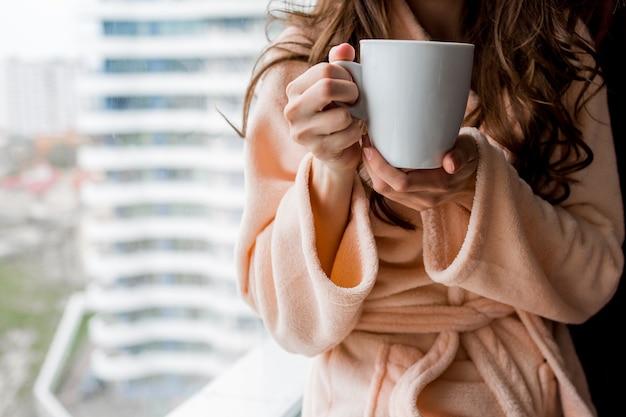 Kobieta W Szlafroku Trzymając Kubek Gorącej Herbaty. Jesienny Nastrój. Darmowe Zdjęcia