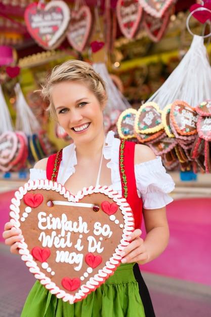 Kobieta w tradycyjnych bawarskich ubraniach lub dirndl na festiwalu Premium Zdjęcia