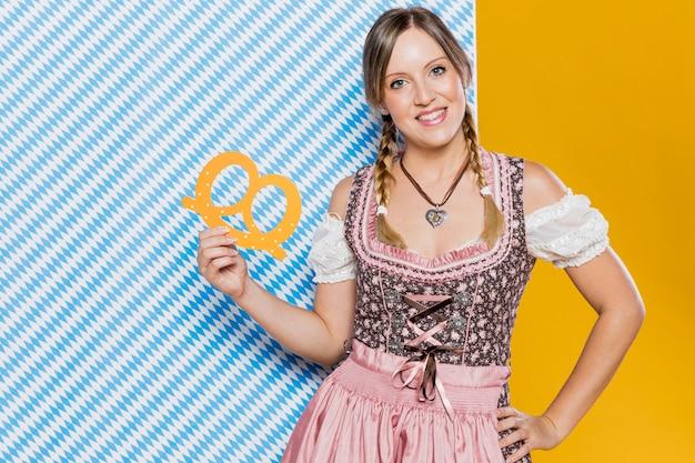 Kobieta W Tradycyjnym Stroju Gotowy Na Oktoberfest Darmowe Zdjęcia