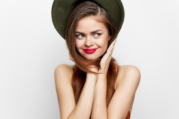 Kobieta W Zielonym Kapeluszu Uśmiech Spojrzeć Na Boczne Czerwone Usta Premium Zdjęcia