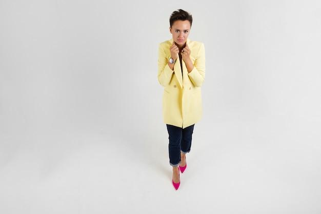 Kobieta W żółtym Płaszczu Jesiennym Jest Zimna Premium Zdjęcia