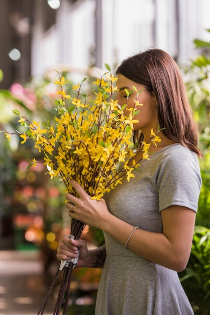 Kobieta Wącha żółtych Kwiaty Darmowe Zdjęcia