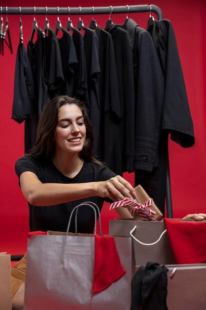 Kobieta Wprowadzenie Opakowanego Prezentu W Torbie Na Zakupy Darmowe Zdjęcia