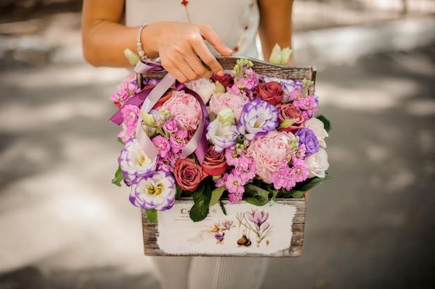 Kobieta wręcza trzymać uroczą kompozycję kwiaty Premium Zdjęcia