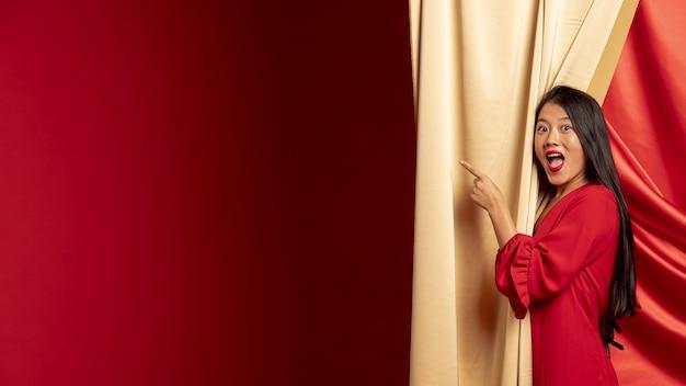 Kobieta Wskazuje Podczas Gdy Pozujący Dla Chińskiego Nowego Roku Darmowe Zdjęcia