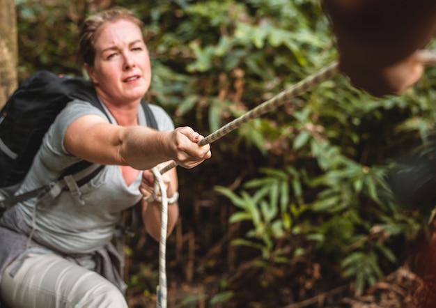 Kobieta Wspinaczka Liny Premium Zdjęcia