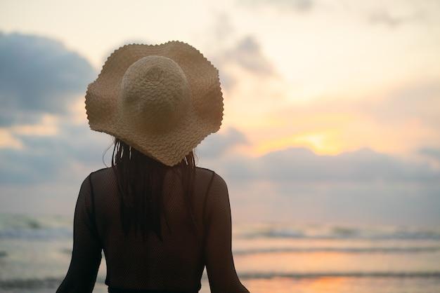 Kobieta Wstała I Obserwowała Brakujące Słońce. Premium Zdjęcia