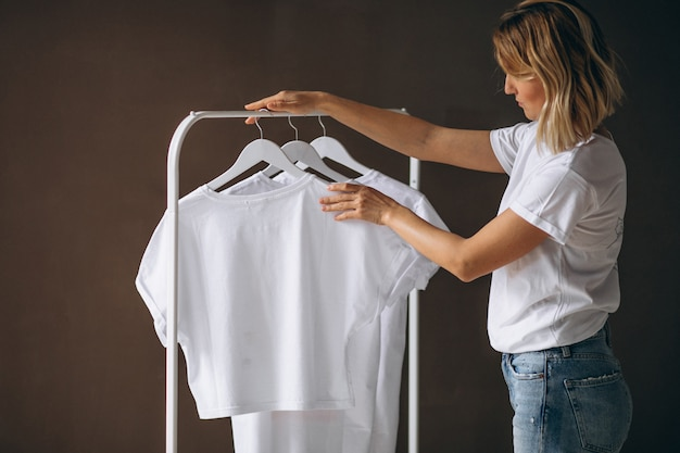 Kobieta wybiera białą koszulę Darmowe Zdjęcia