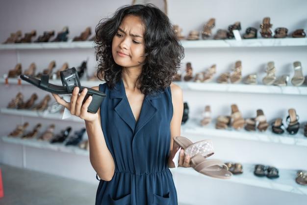 Kobieta Wybiera Dwa Różnego Buta Premium Zdjęcia