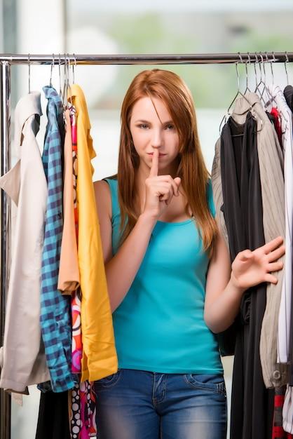 Kobieta Wybiera Odzież W Sklepie Premium Zdjęcia