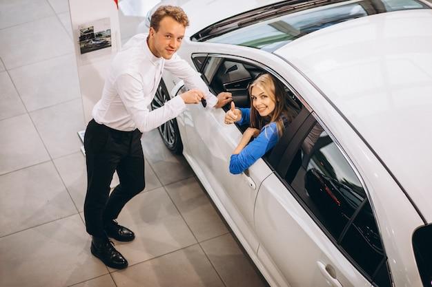 Kobieta wybiera samochód w samochodowej sala wystawowej Darmowe Zdjęcia