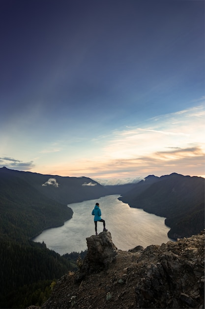 Kobieta wycieczkowicz stojący na szczycie olimpijskiego parku narodowego mount storm king Premium Zdjęcia