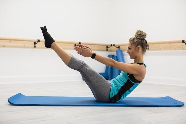 Kobieta Wykonująca ćwiczenia Rozciągające Darmowe Zdjęcia