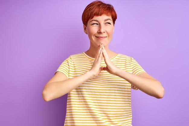 Kobieta Wyobraża Sobie Coś Patrząc Z Boku, Młoda Dorosła Kobieta W Codziennym Noszeniu Myślenia Stojaka Premium Zdjęcia