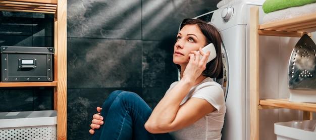 Kobieta Wzywająca Do Naprawy Urządzenia Premium Zdjęcia