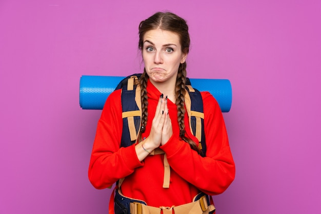 Kobieta Z Alpinisty Plecakiem Nad Odosobnioną ścianą Premium Zdjęcia