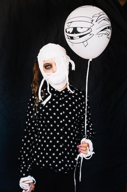 Kobieta Z Bandażą Twarzy Gospodarstwa Balonu Darmowe Zdjęcia