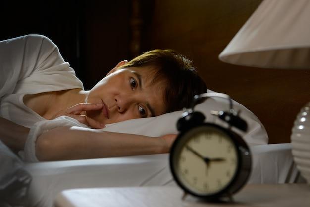 Kobieta Z Bezsennością, Leżąc W łóżku Z Otwartymi Oczami Premium Zdjęcia