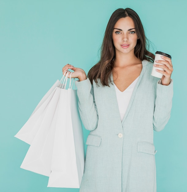 Kobieta z białymi torba na zakupy i kawą Darmowe Zdjęcia