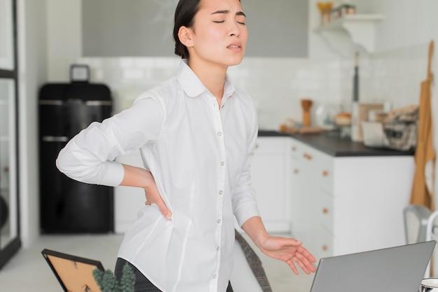 Kobieta Z Bólem Pleców Od Pracy Darmowe Zdjęcia