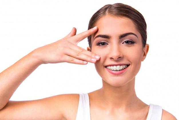 Kobieta z brasami na zębach, odosobnionych Premium Zdjęcia
