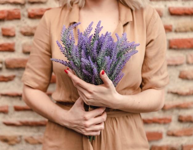 Kobieta Z Bukietem Kwiatów Lawendy Darmowe Zdjęcia