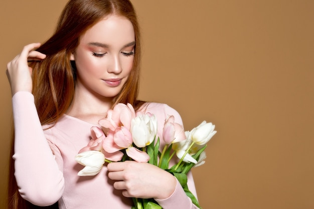 Kobieta Z Bukietem Tulipanów I Pudełko. Urodziny. 8 Marca. Dzień Matki. Premium Zdjęcia