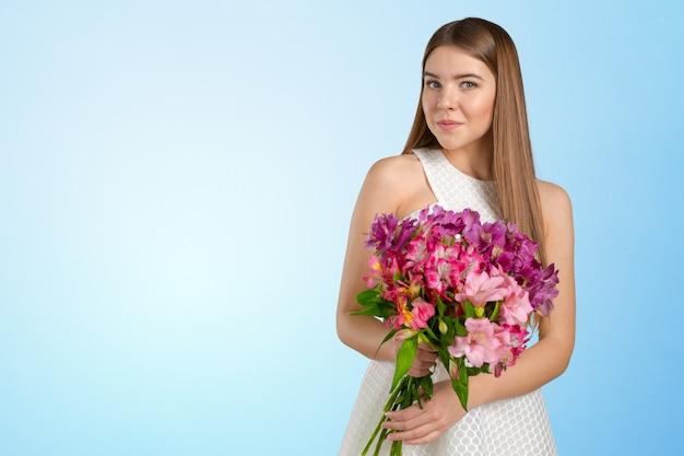 Kobieta z bukietem wiosennych kwiatów Premium Zdjęcia