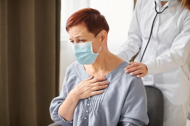 Kobieta Z Centrum Odzyskiwania Covid Sprawdzająca Starszego Pacjenta Z Maską Medyczną Darmowe Zdjęcia