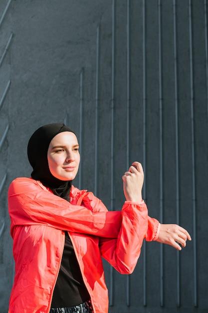 Kobieta Z Czerwoną Kurtkę Rozciągania Darmowe Zdjęcia