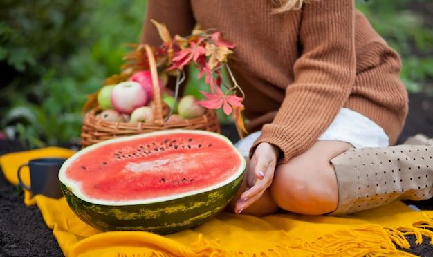 Kobieta z dojrzałym arbuzem w pinkinie. Premium Zdjęcia