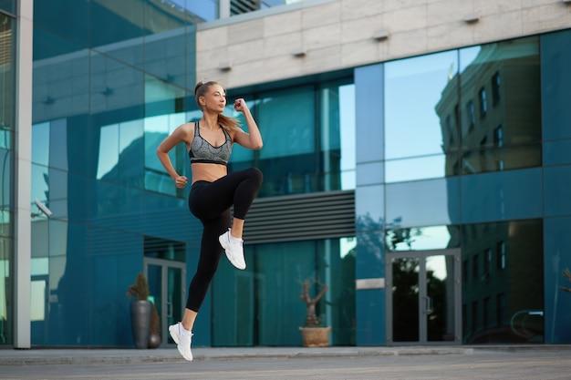 Kobieta Z Dopasowanym Ciałem Skacze I Bieganie Premium Zdjęcia