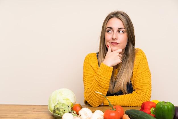 Kobieta Z Dużą Ilością Warzyw Myślenia Pomysł Premium Zdjęcia