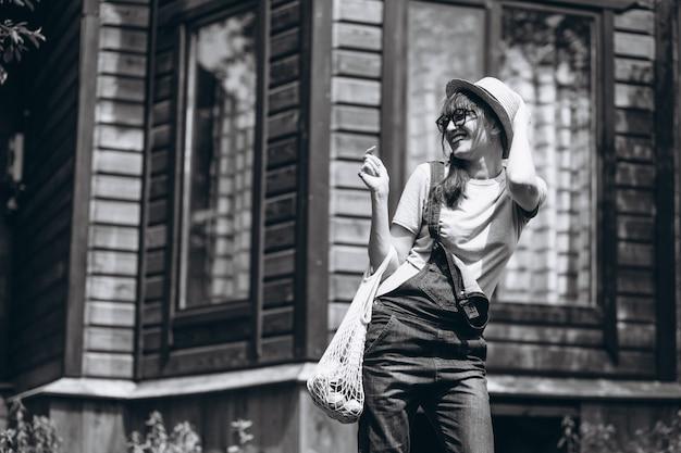 Kobieta z eco torbą z owoc w kraj stronie Darmowe Zdjęcia