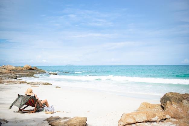 Kobieta Z Kapeluszem I Napojami Relaksuje Na Krzesło Plaży W Koh Samet, Rayong, Tajlandia Premium Zdjęcia