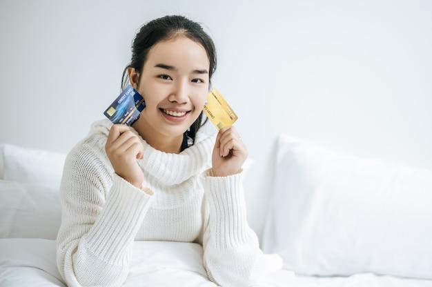 Kobieta Z Kartą Kredytową. Darmowe Zdjęcia