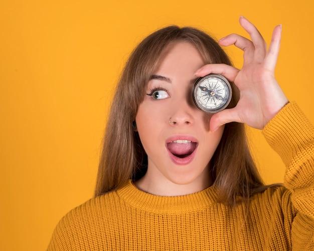 Kobieta Z Kompasem Zakrywającym Oko, Zaskoczona Twarz Premium Zdjęcia