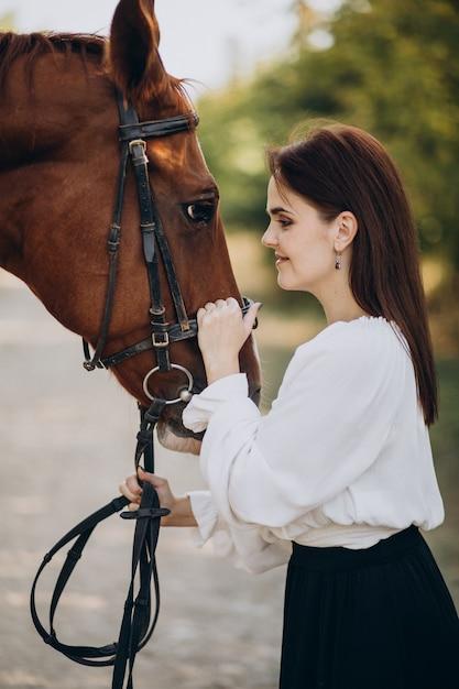 Kobieta Z Koniem W Lesie Darmowe Zdjęcia