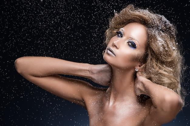 Kobieta z kręconymi włosami i motyw zimowy Darmowe Zdjęcia
