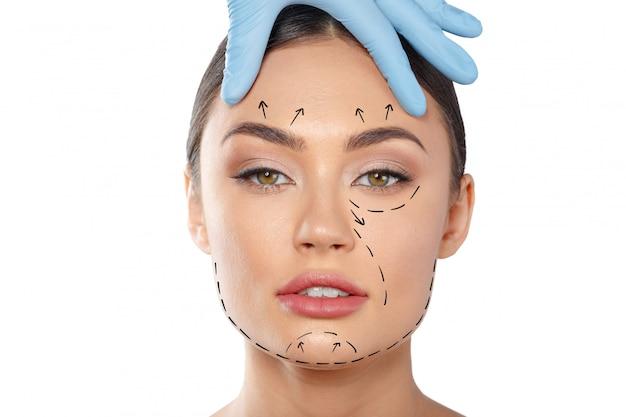 Kobieta z kropkowanymi liniami na twarzy, kosmetologia Premium Zdjęcia