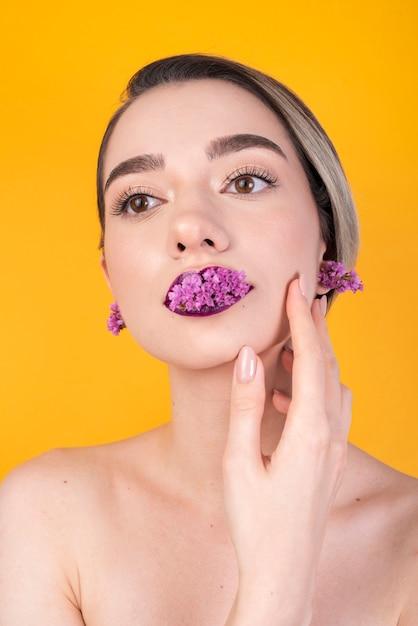 Kobieta z kwiatami na ustach Darmowe Zdjęcia