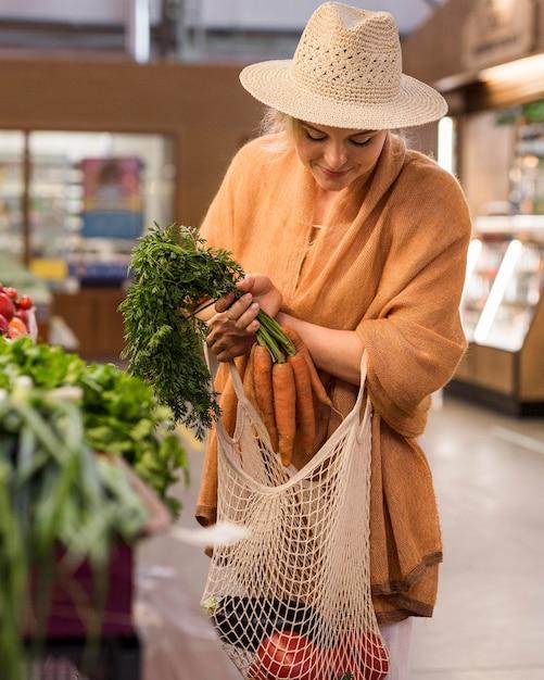 Kobieta Z Letnim Kapeluszem Kupuje Produkty Darmowe Zdjęcia