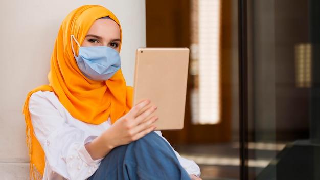 Kobieta Z Maską Trzymając Tabletkę Darmowe Zdjęcia