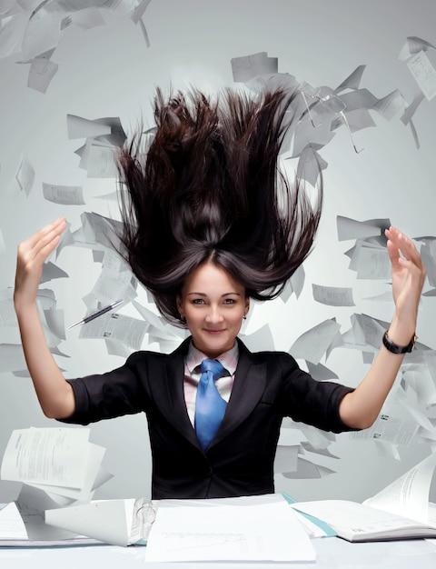 Kobieta Z Mnóstwem Papierów Premium Zdjęcia