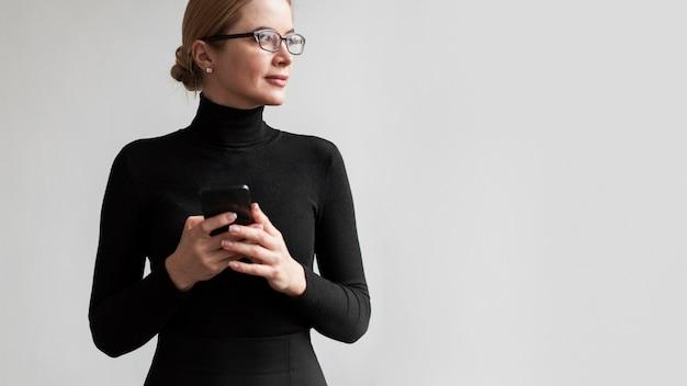 Kobieta Z Mobilnym Patrzeć Daleko Od Darmowe Zdjęcia