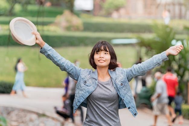 Kobieta Z Otwartym Ramieniem Cieszyć Się I Happu Do Podróży W Wakacje Premium Zdjęcia