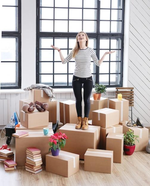 Kobieta Z Pakietami Cargo Gotowymi Do Wysyłki Lub W Ruchu, Czuje Się Szczęśliwy Darmowe Zdjęcia